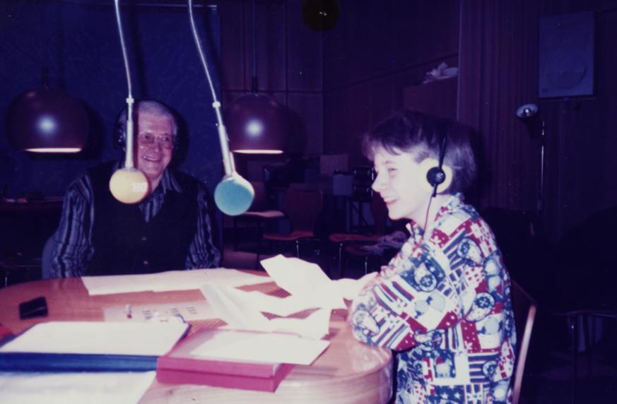 """Frenz Bertram mit Janina Hansen bei der Aufnahme des eigenen Beitrages """"Detektiven auf der Spur"""" für ein plattdeutsches Magazin im Studio Flensburg (1996)"""