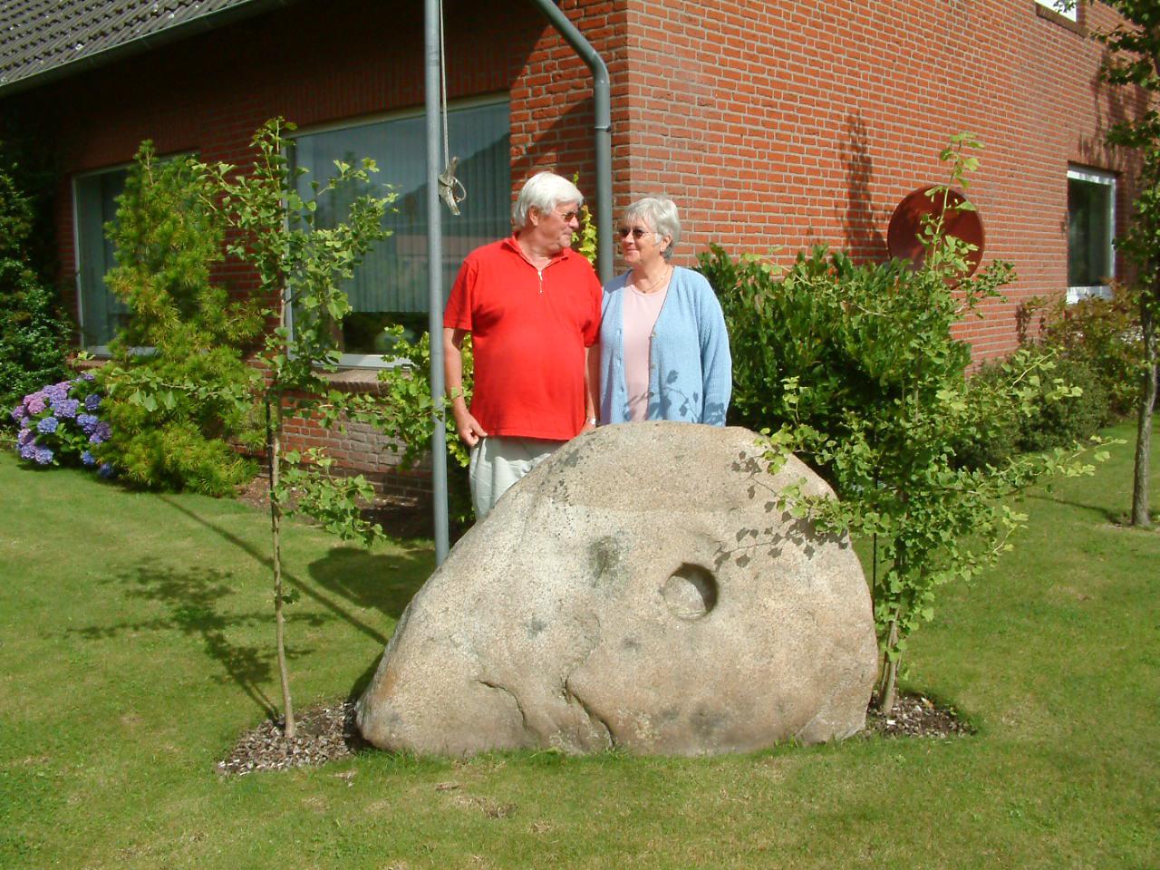Swantje und Frenz Bertram in ihrem Garten bei den Gingkos aus Hiroshima (2005)