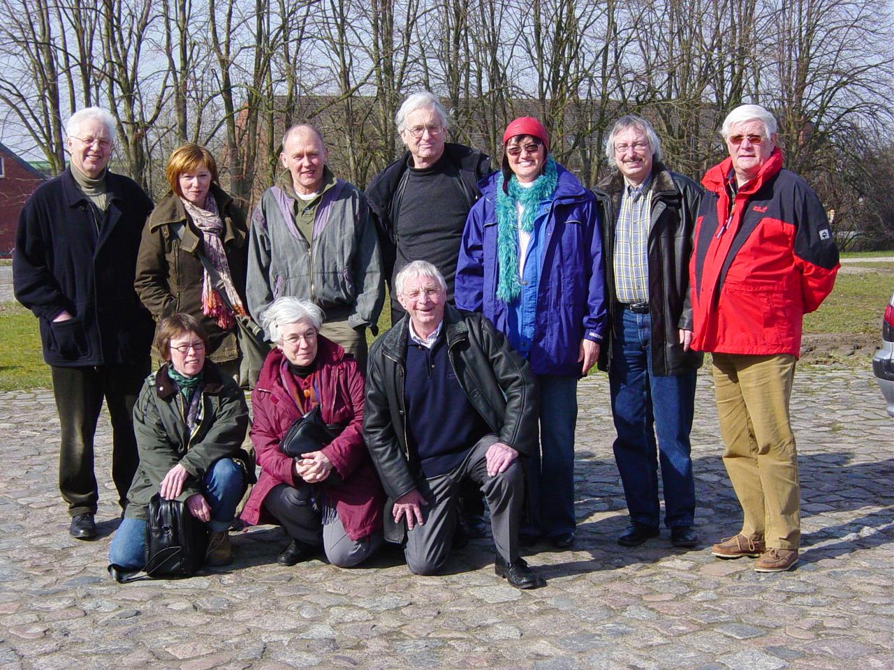 """Teilnehmer(innen) der Schreibwerkstatt """"Niederdeutsches Hörspiel"""" in Molfsee u.a. Frenz Bertram (re) – (2006)"""