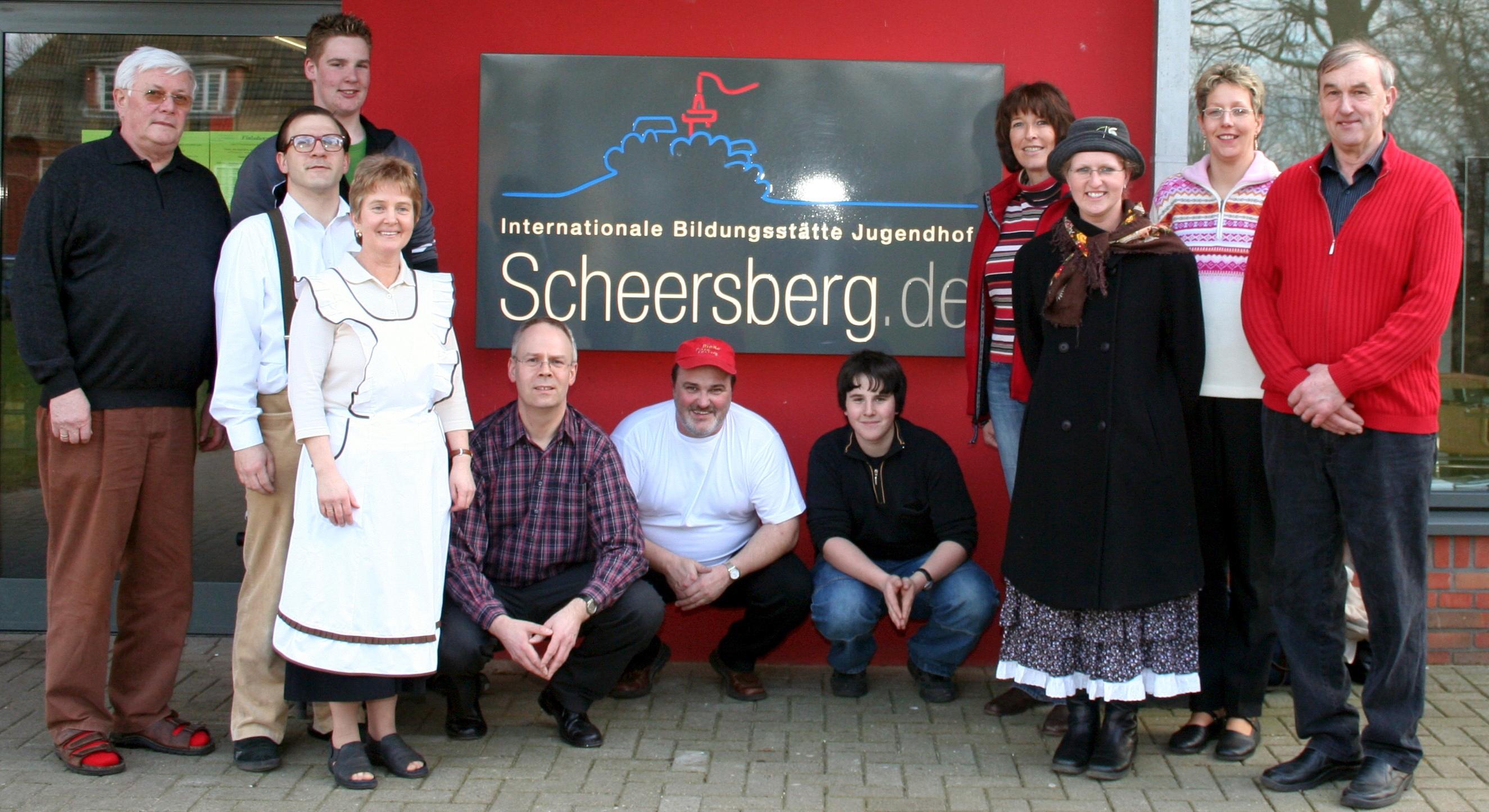 """Mit der Plattdeutschen Theatergruppe Mildstedt auf dem Scheersberg nach der Aufführung """"Eenspänner"""" (von Frenz Bertram, 2007)"""