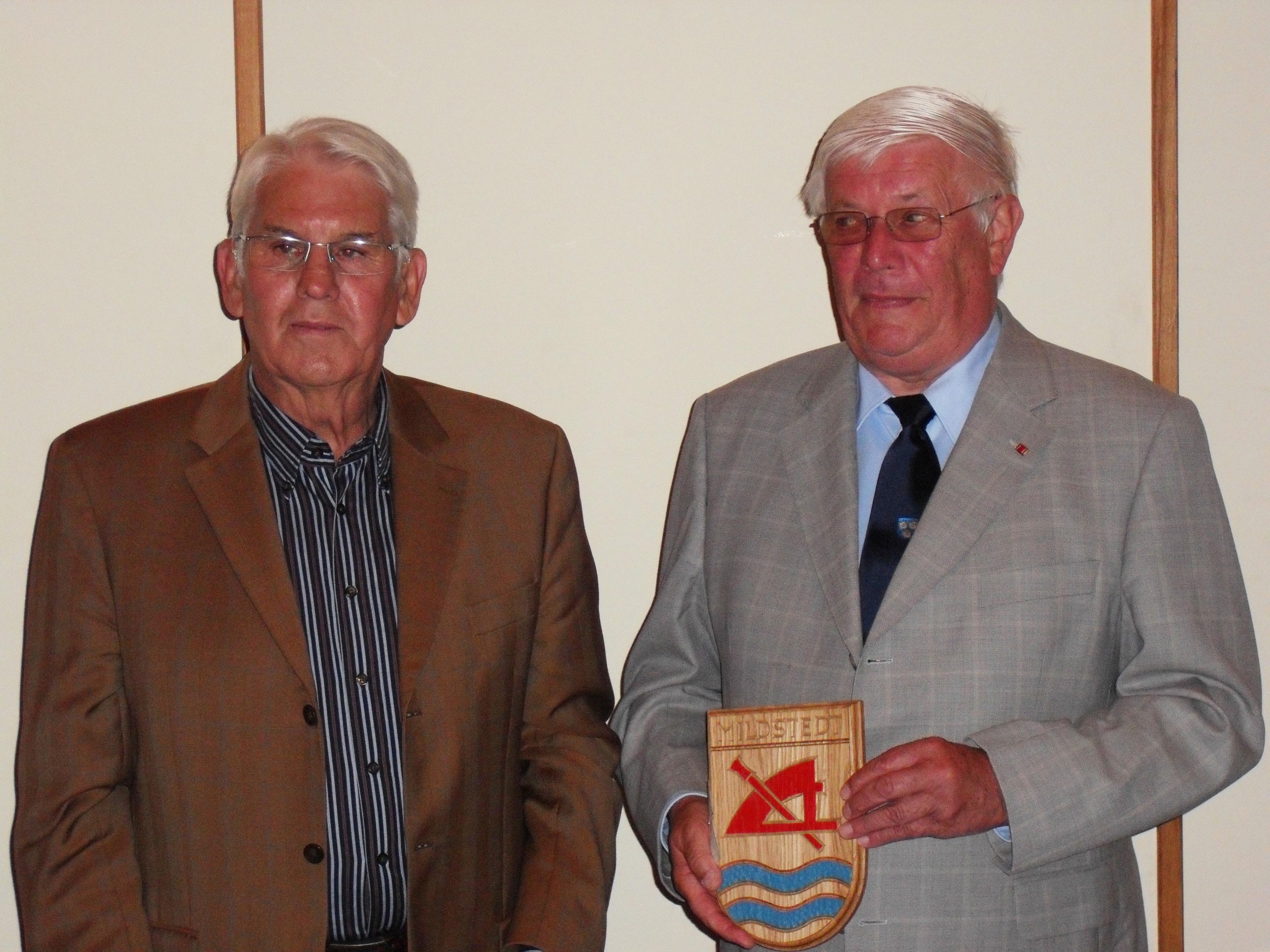 Bürgermeister Klaus Hinrichs, Mildstedt, nach der Überreichung des Wappens der Gemeinde Mildstedt an Frenz Bertram (2009)