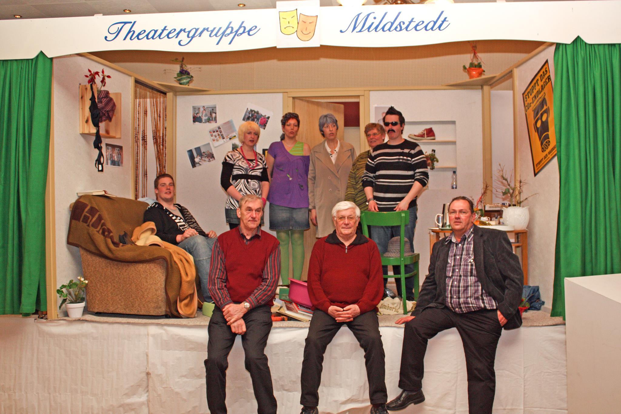 """Plattdeutsche Theatergruppe Mildstedt nach der öffentlichen Aufführung des Zweiakters """"Unvermoden Besöök"""" (von Frenz Bertram; Mitte)"""